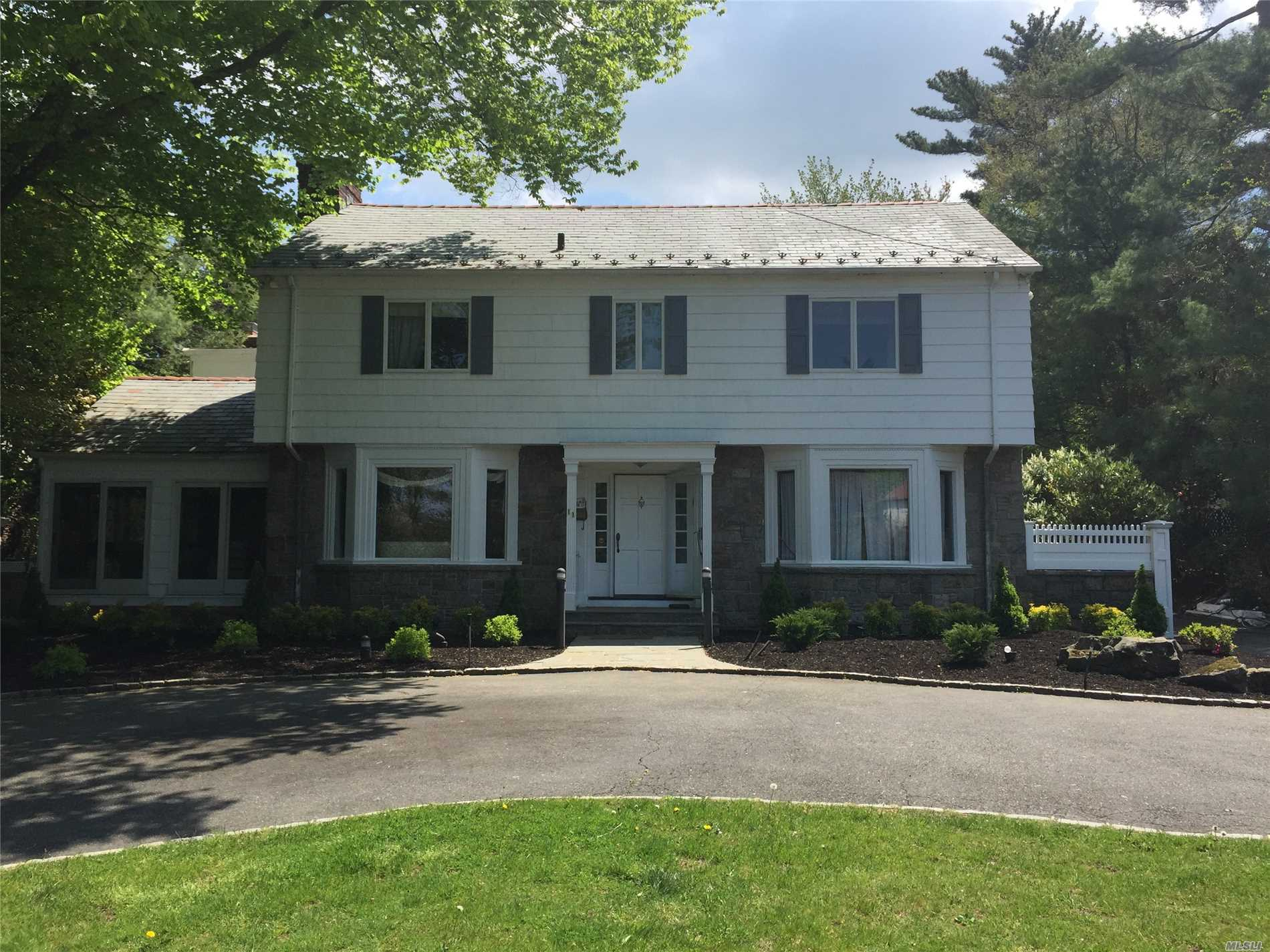 Photo of home for sale at 11 Mitchell Dr, Great Neck NY