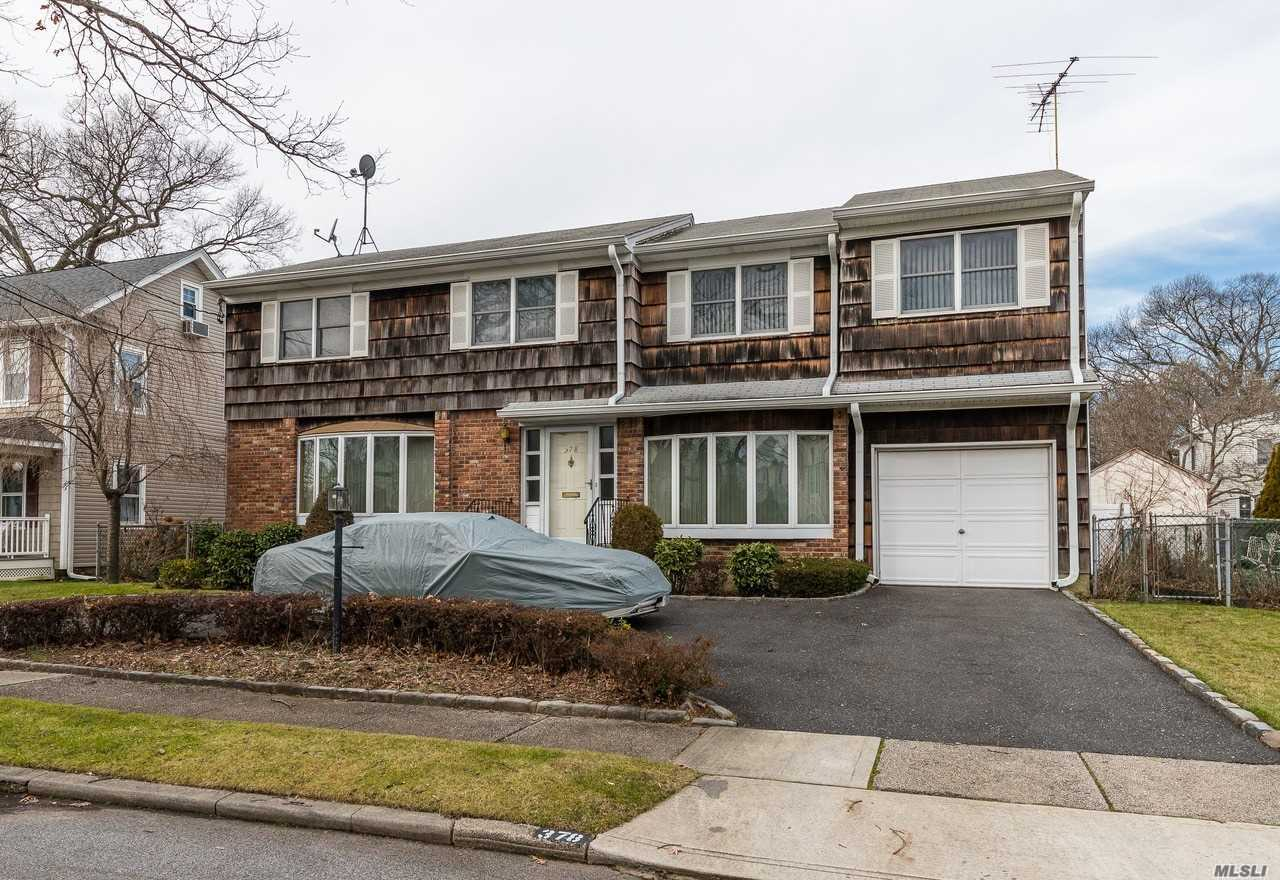 Photo of home for sale at 378 Forest Ave N, Rockville Centre NY