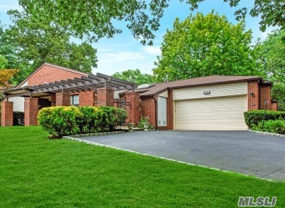 Property for sale at 238 Lapwing Ct, Manhasset,  NY 11030