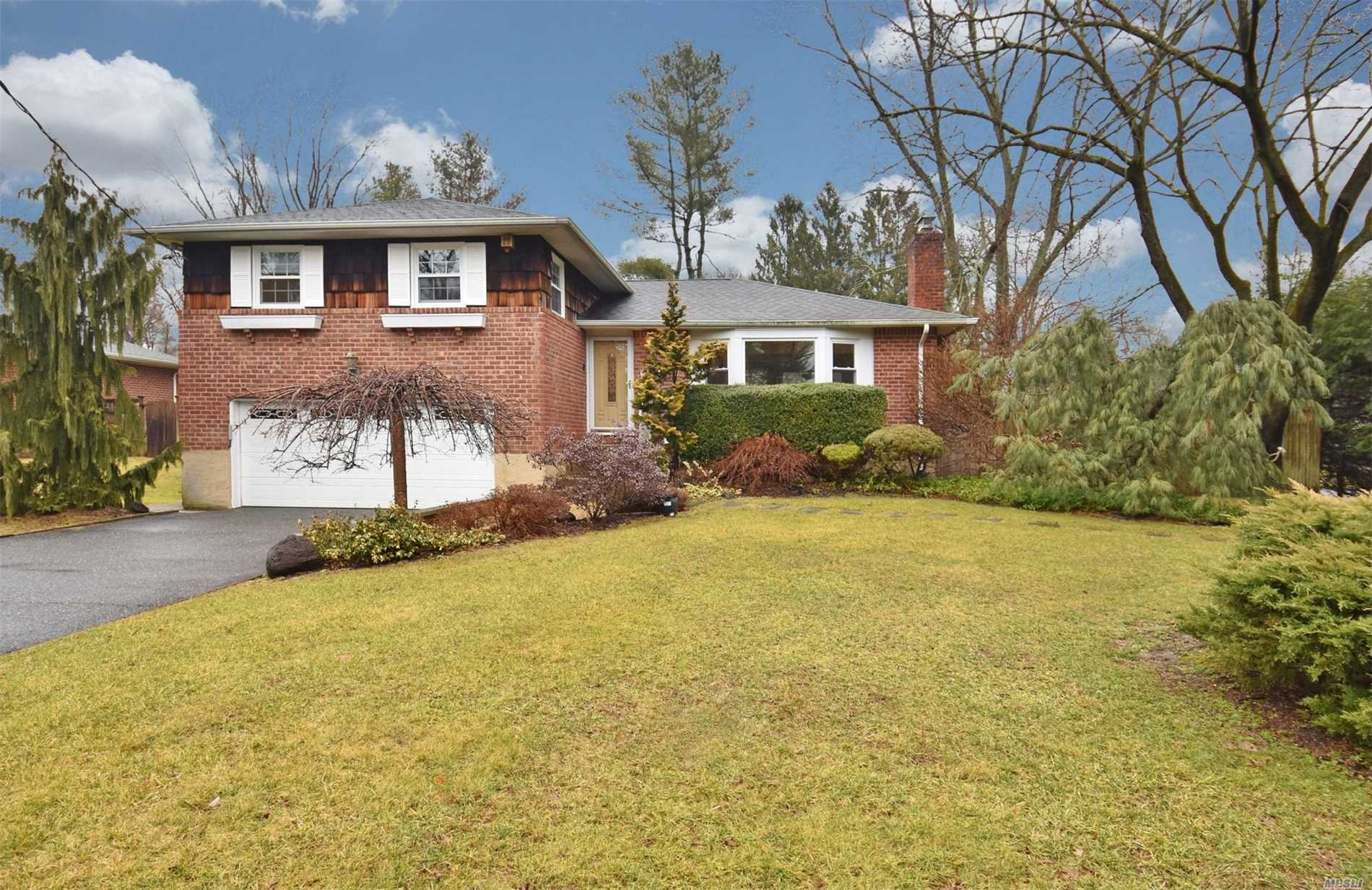 Photo of home for sale at 200 Split Rock Rd, Syosset NY