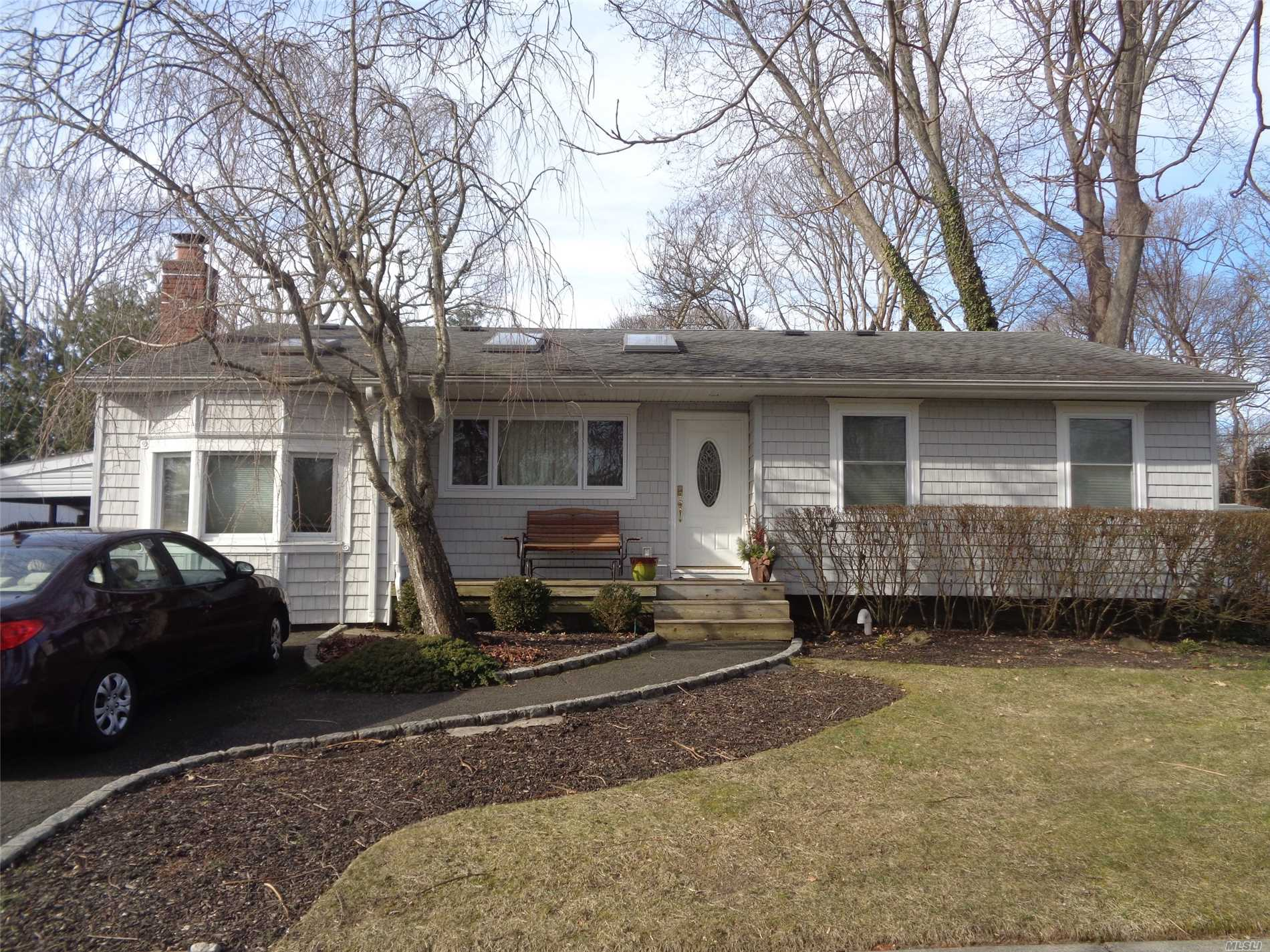 Photo of home for sale at 648 Bohemia Pky, Sayville NY