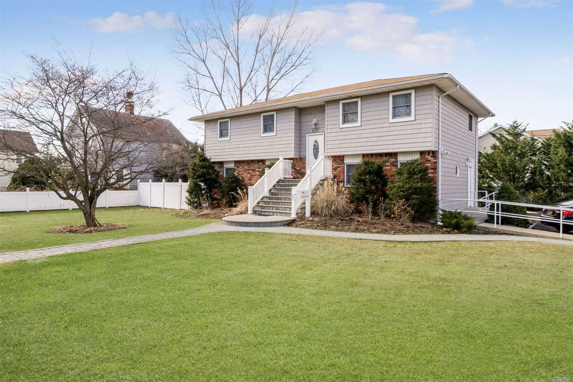 Photo of home for sale at 108 Higbie Ln, West Islip NY