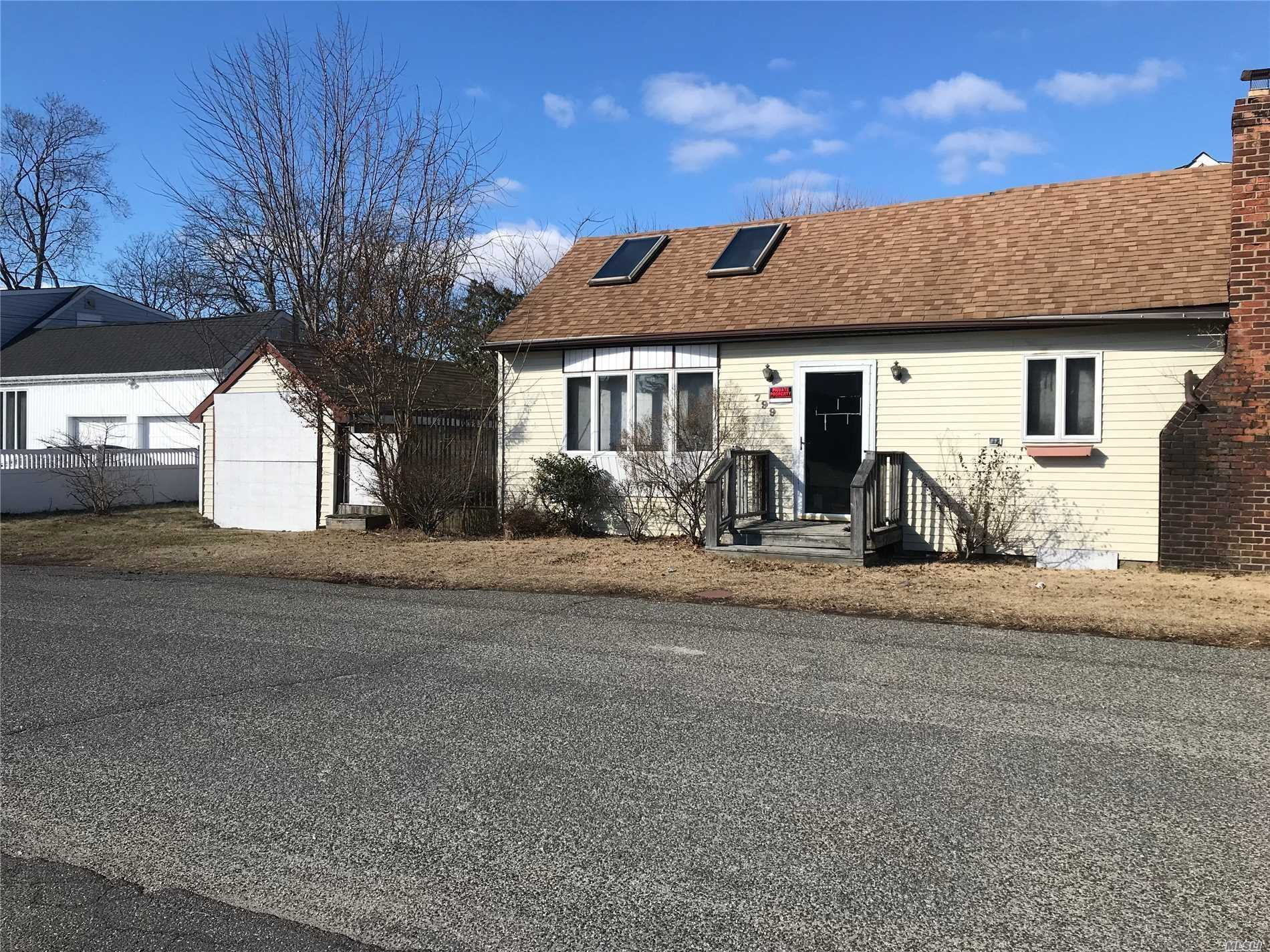 Photo of home for sale at 799 Pecan St, Lindenhurst NY