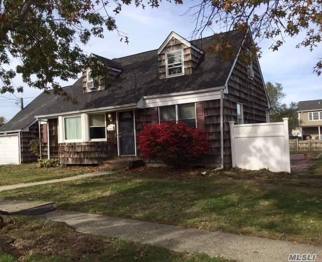 Photo of home for sale at 3739 Niami St, Seaford NY
