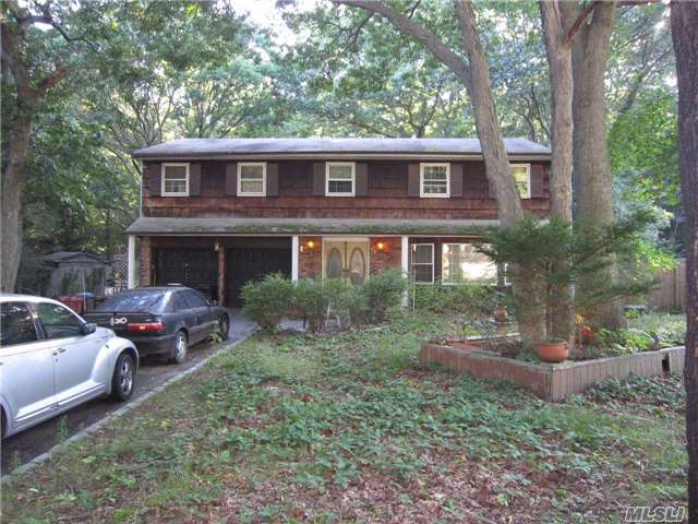 Photo of home for sale at 57 Sheryl Cres, Smithtown NY