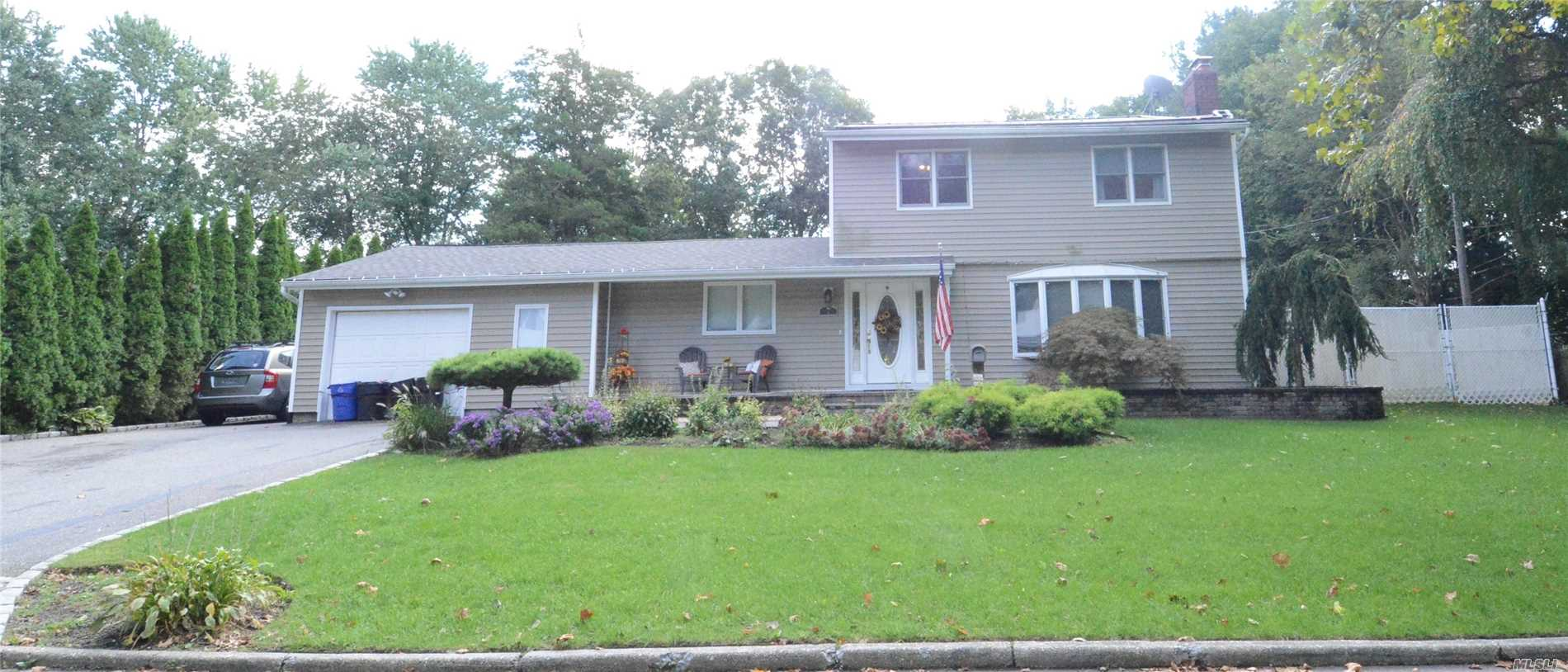 Photo of home for sale at 7 Corsa St, Dix Hills NY