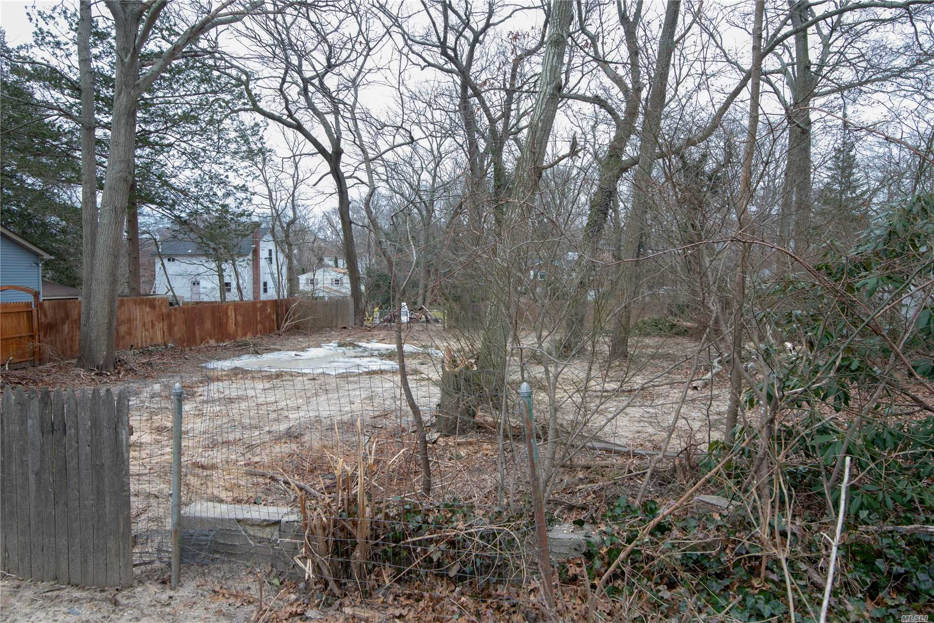 Photo of home for sale at 43 Robin Rd, Rocky Point NY