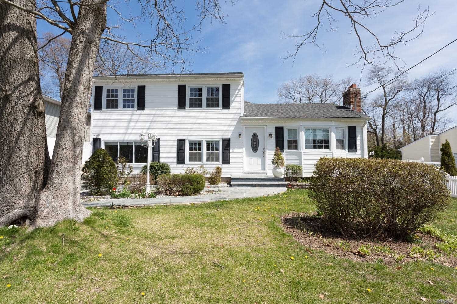 Photo of home for sale at 419 Blue Point Rd, Farmingville NY