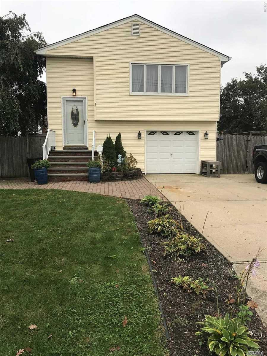 Photo of home for sale at 822 North Clinton Ave, Lindenhurst NY