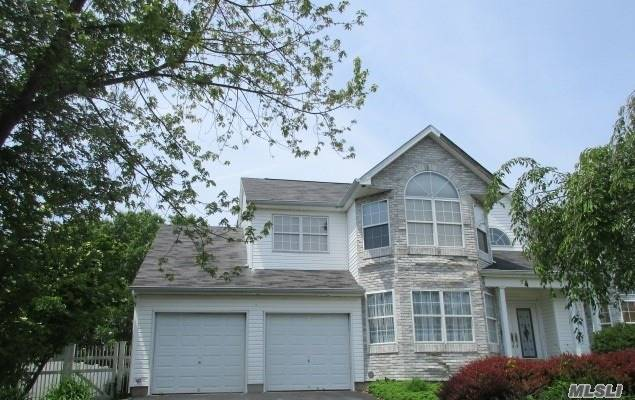 Photo of home for sale at 7 Summerfield Dr, Holtsville NY