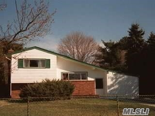 Photo of home for sale at 27 Laurie Rd, Brentwood NY