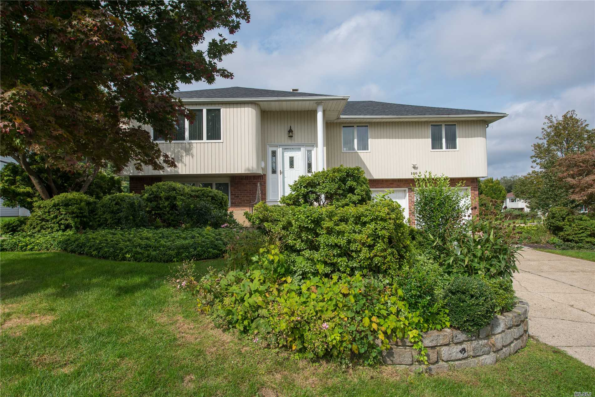 Photo of home for sale at 100 Harvest Ln, Commack NY