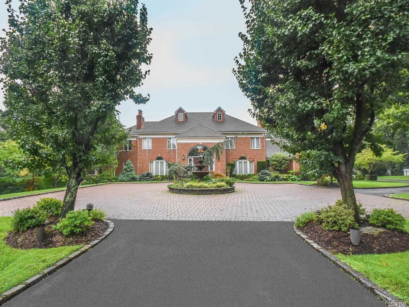 Photo of home for sale at 6 Foxwood Path, Locust Valley NY