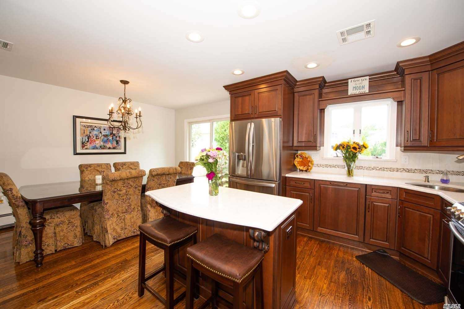 Photo of home for sale at 5 Cambria Rd, Syosset NY