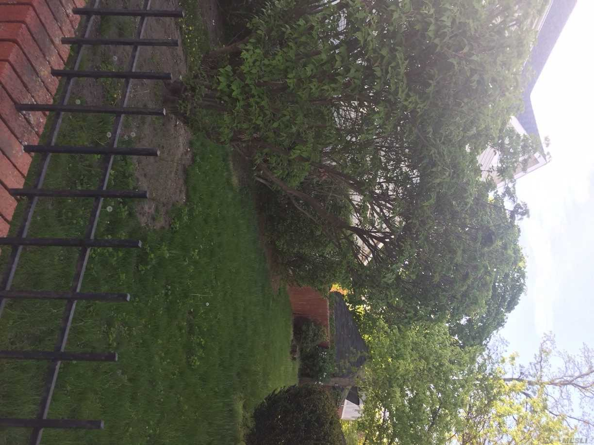 Photo of home for sale at 189-03 118 Ave, St. Albans NY