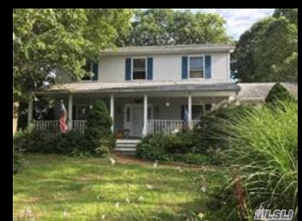 Photo of home for sale at 16 Rockledge Dr, Shirley NY