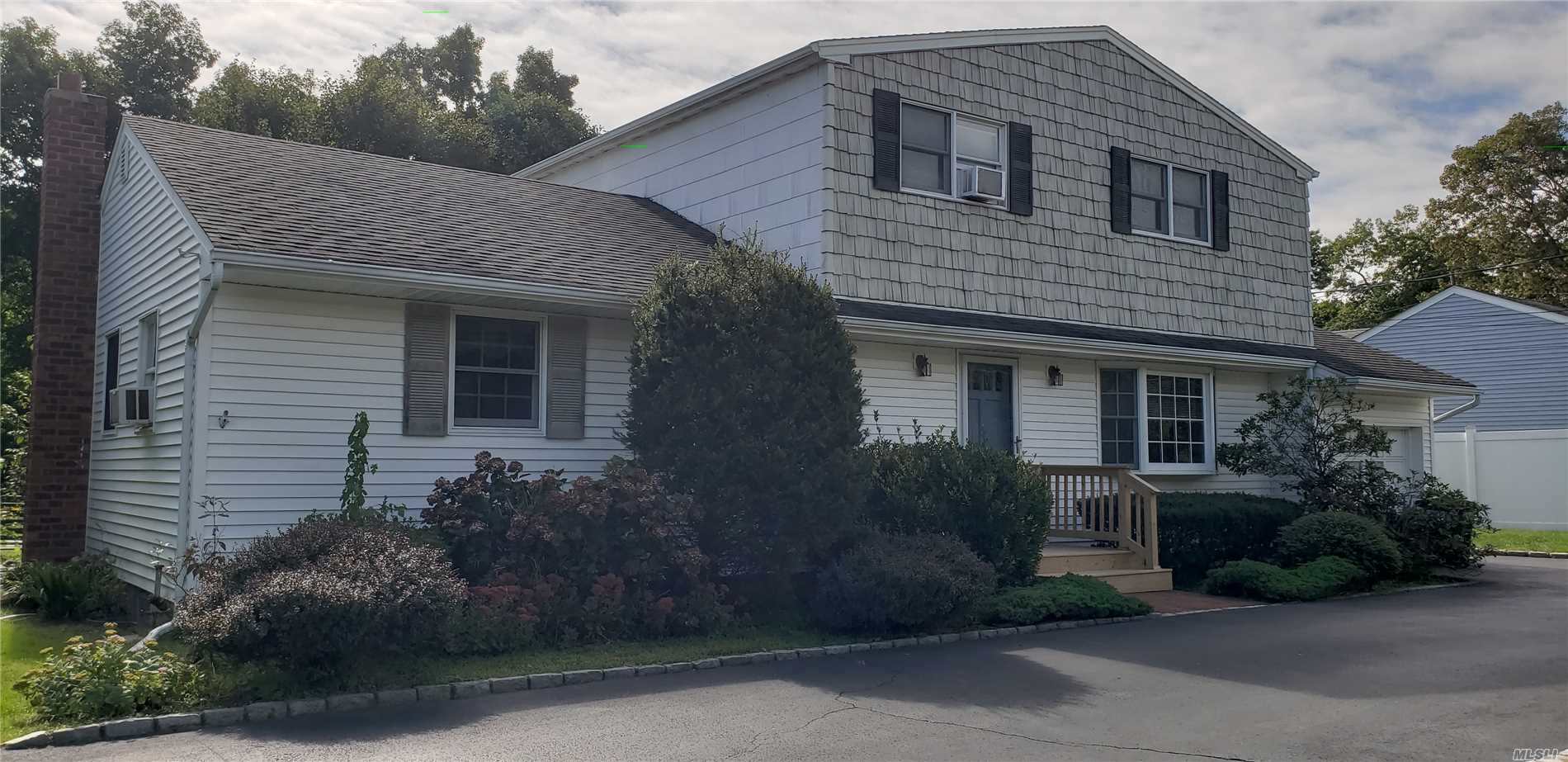 Photo of home for sale at 312 Woodlawn Ave, St. James NY