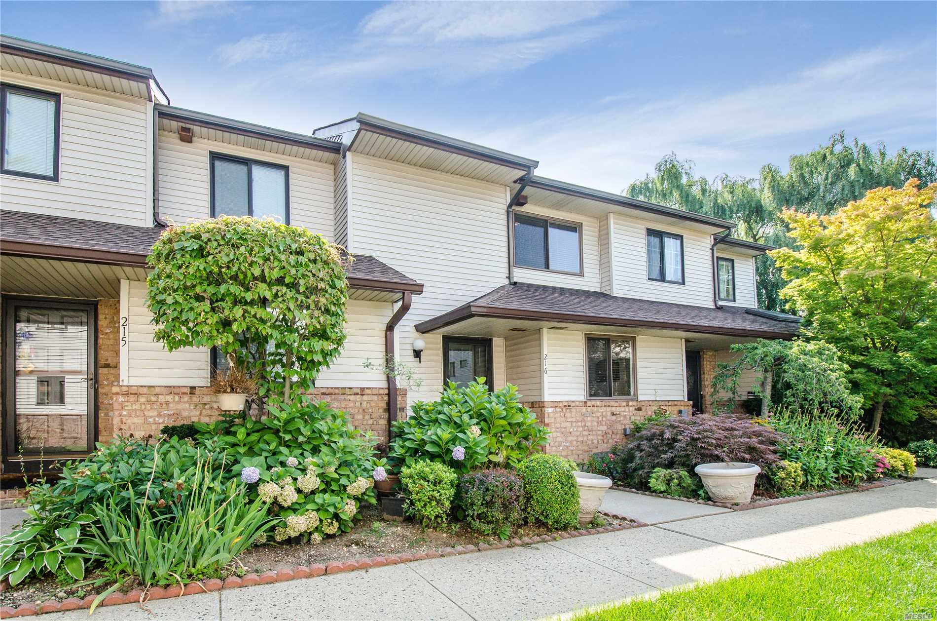 Property for sale at 216 Poplar Ct, Wantagh,  NY 11793
