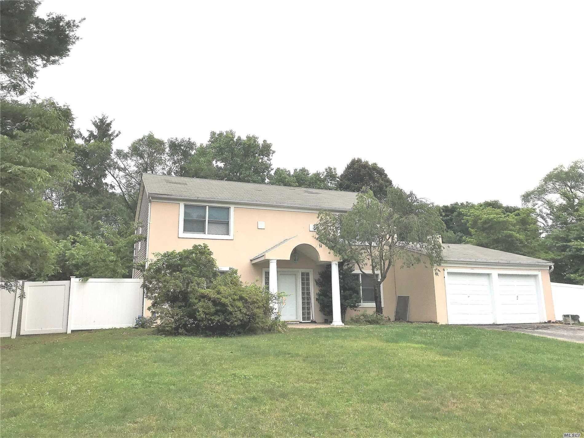 Photo of home for sale at 7 Hastings Dr, Stony Brook NY