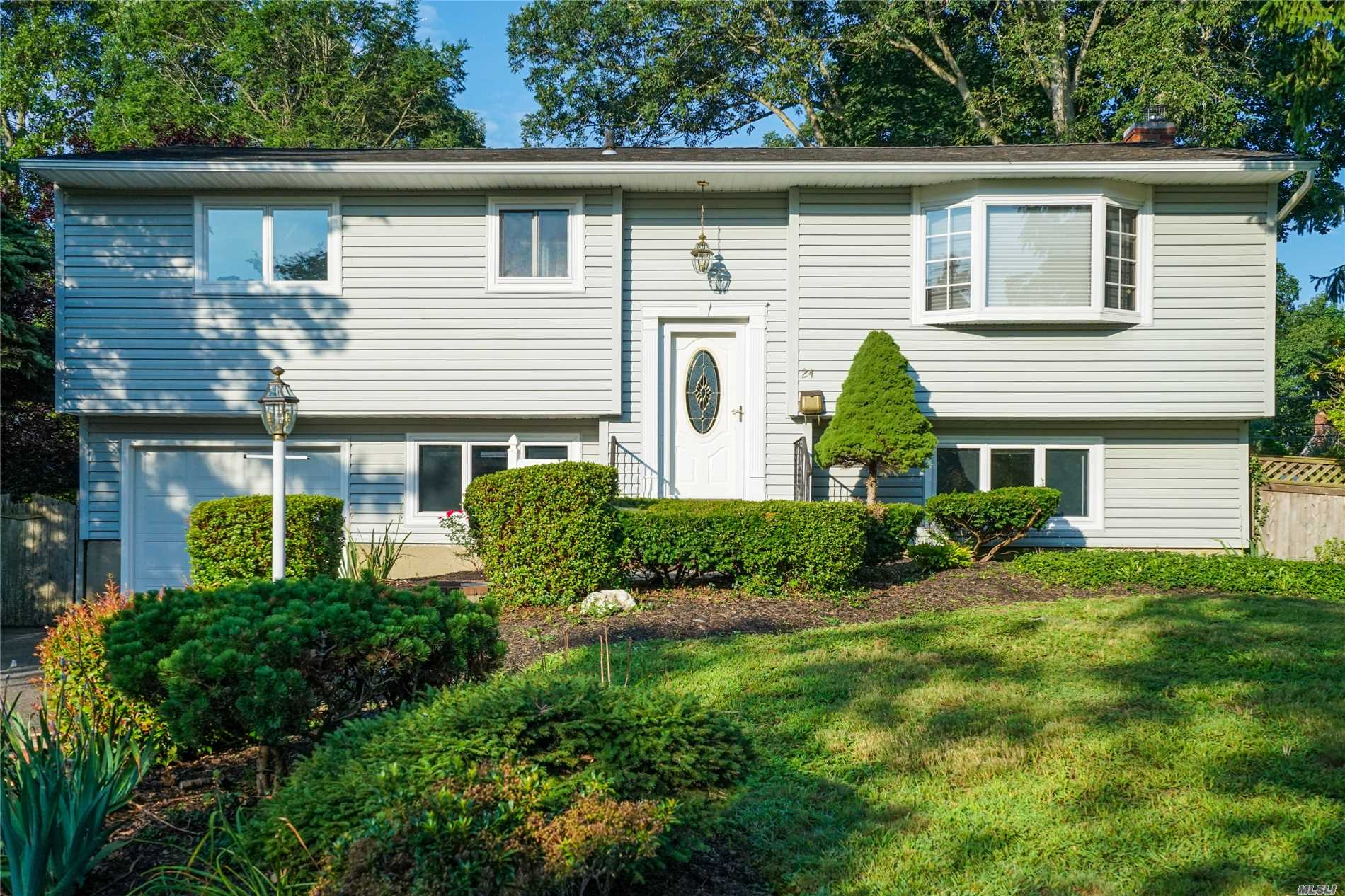 Photo of home for sale at 24 Bethany Dr, Commack NY