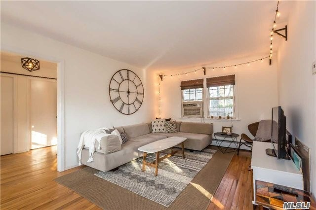 Photo of home for sale at 98 14th Ave, Sea Cliff NY