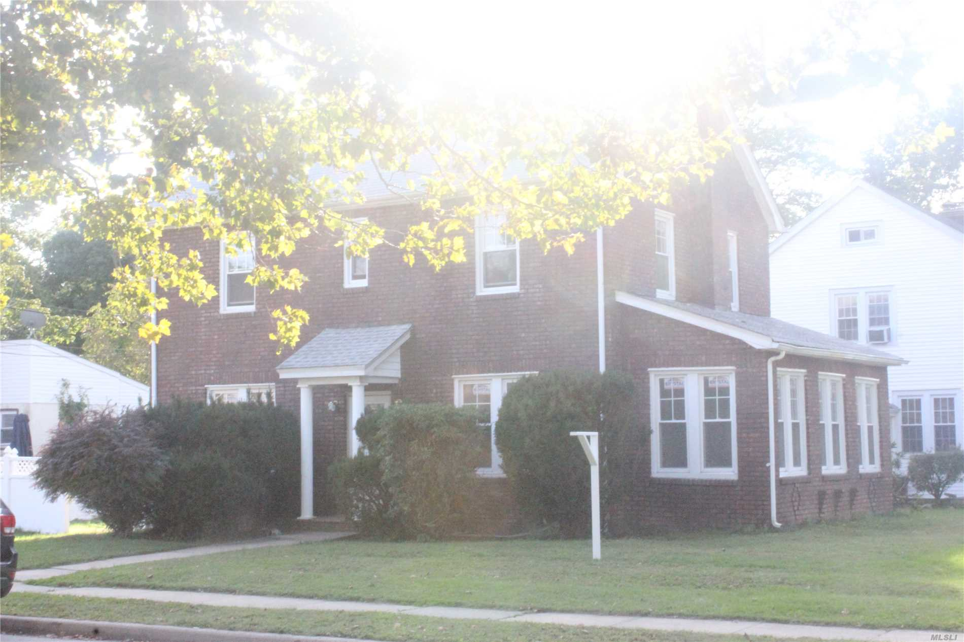Photo of home for sale at 7 Glen Rd, West Hempstead NY