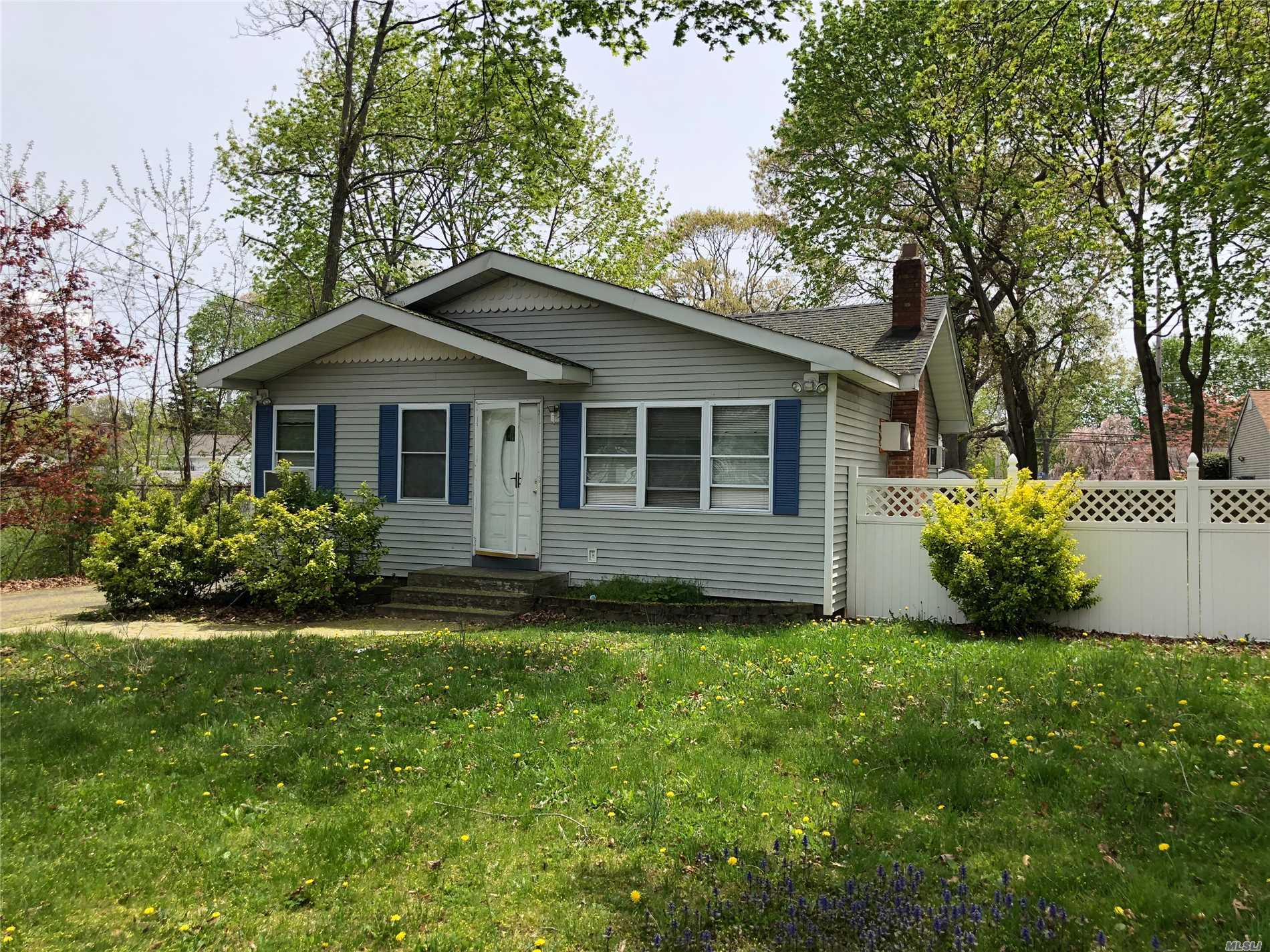 Photo of home for sale at 74 Weichers Ave, Ronkonkoma NY