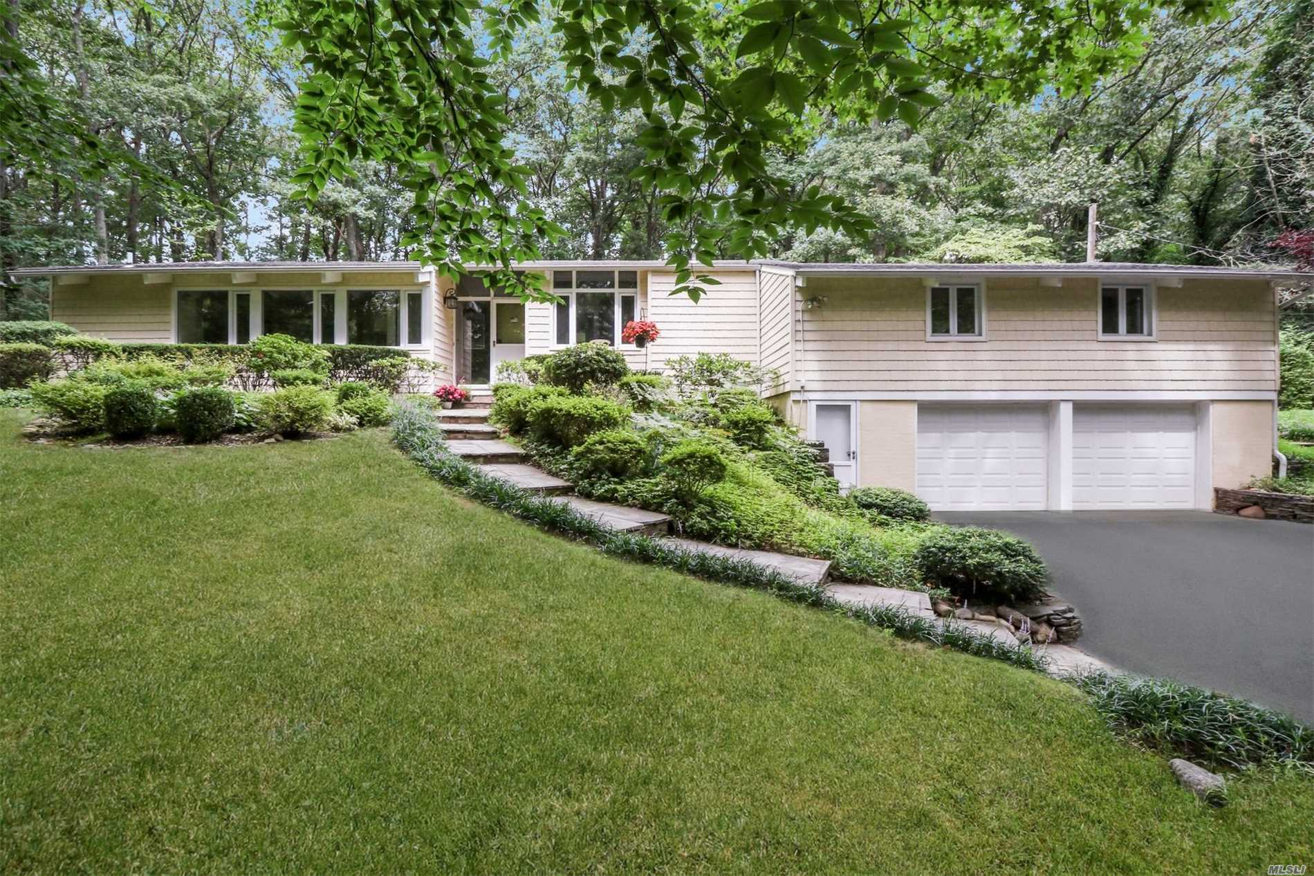 Photo of home for sale at 233 Sugar Toms Ln, East Norwich NY