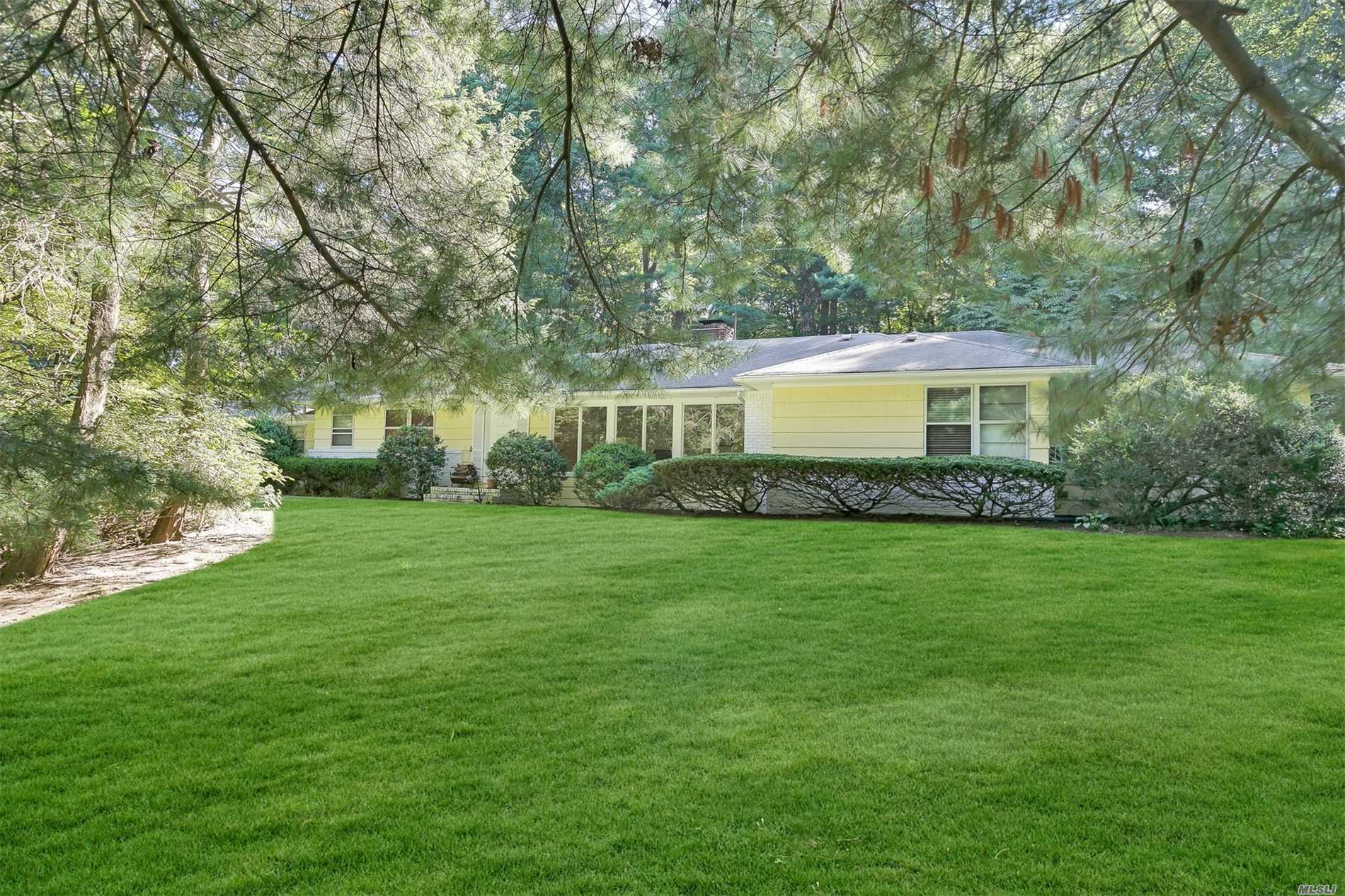 Photo of home for sale at 6 Great Meadow Rd, Lattingtown NY
