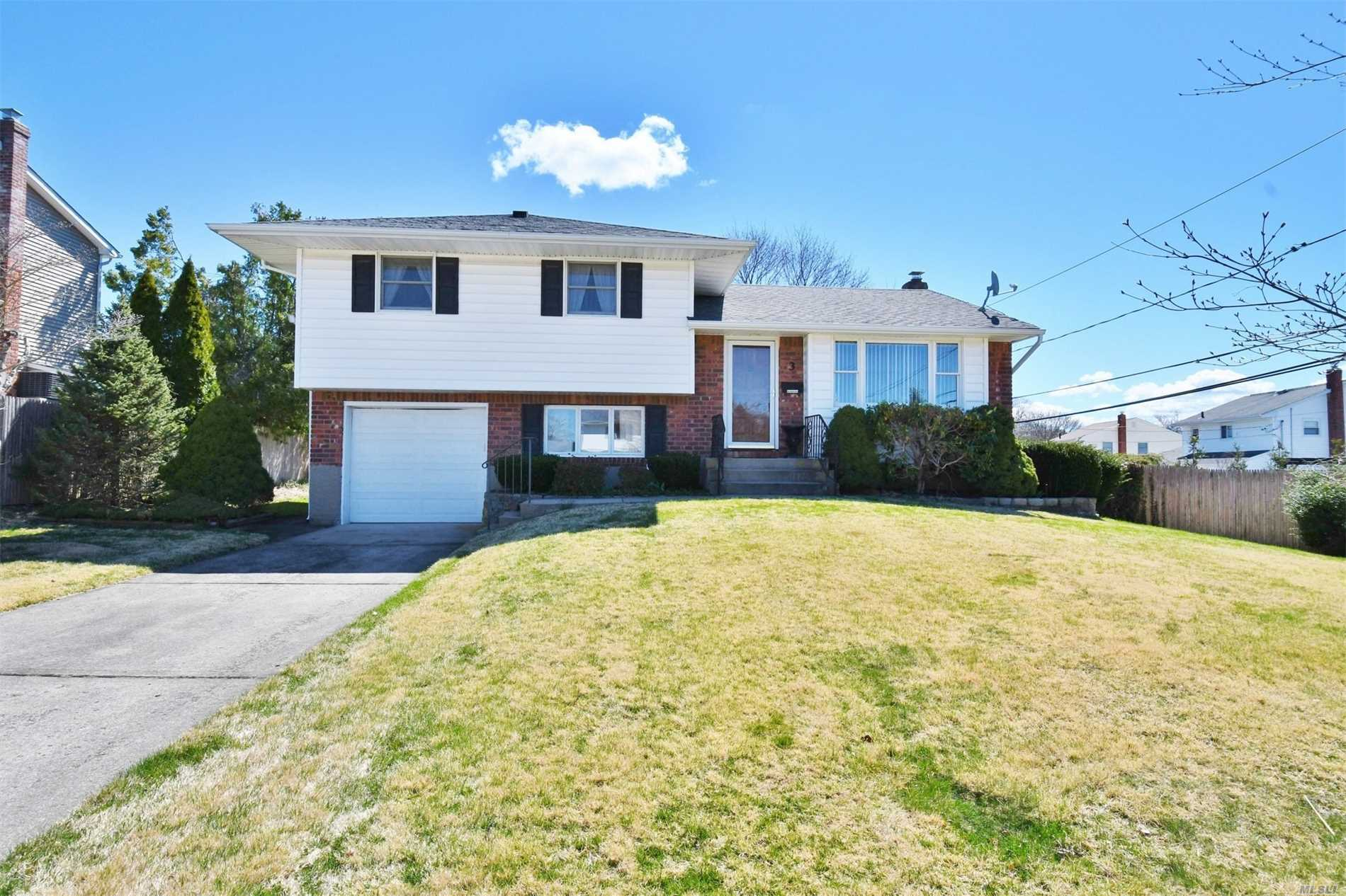 Photo of home for sale at 3 Gaymor Ln, Commack NY