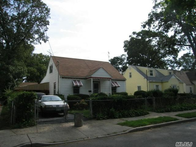 Photo of home for sale at 31 Manor Rd, West Hempstead NY