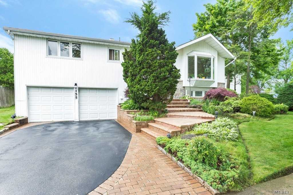 Photo of home for sale at 155 Parkway Dr, Plainview NY