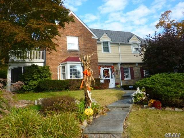 Photo of home for sale at 149 Revere Rd, Manhasset NY