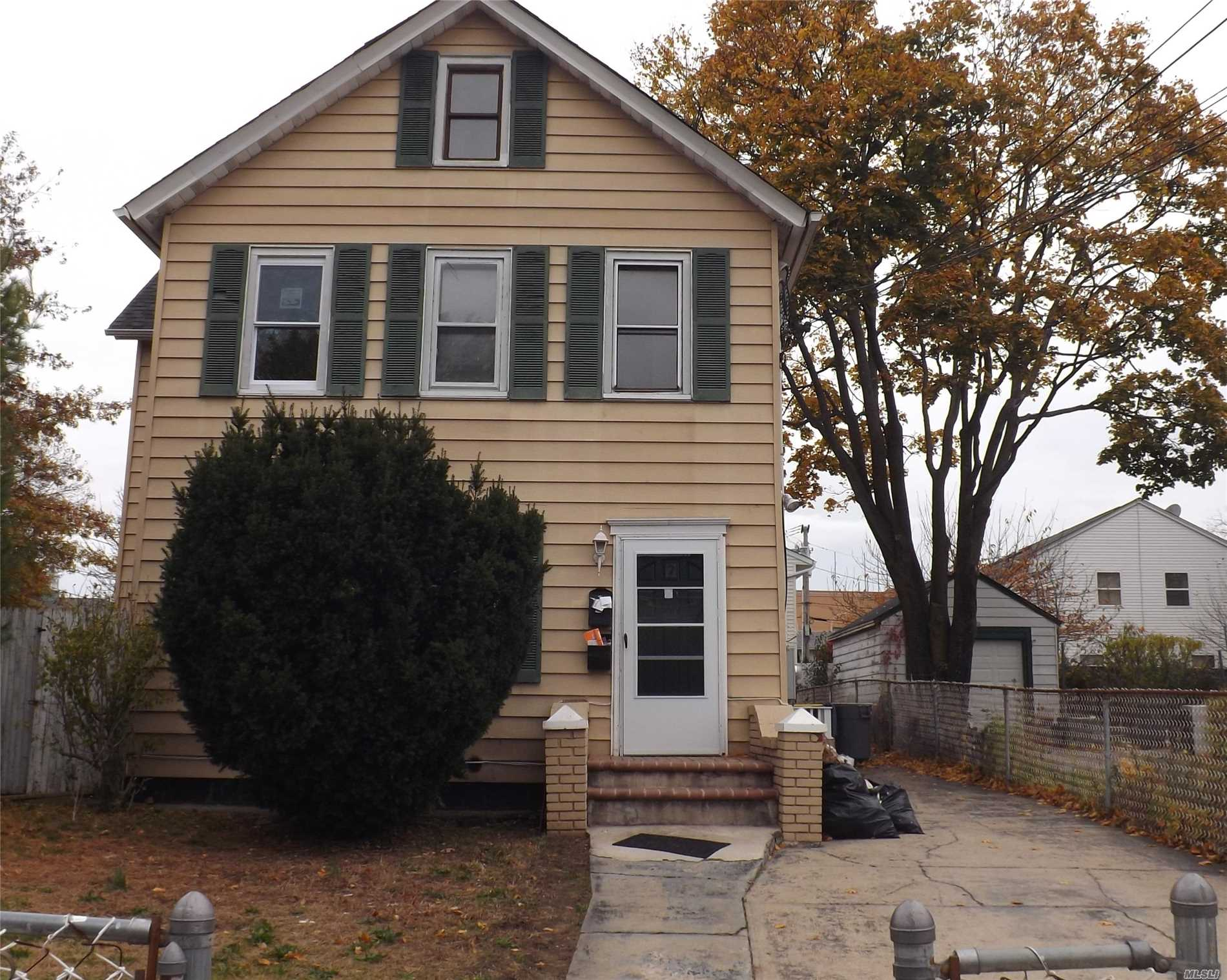 Photo of home for sale at 7 Taft Ave, Hempstead NY