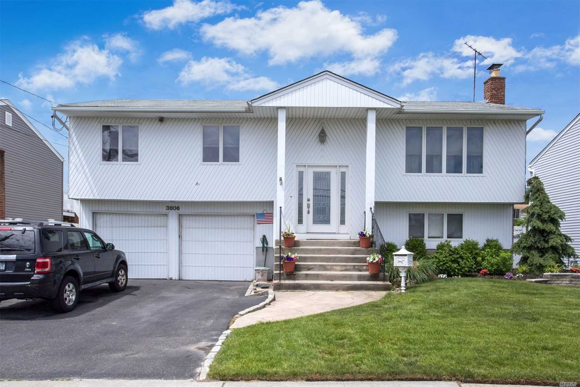 Photo of home for sale at 3806 Oceanside Rd E, Oceanside NY