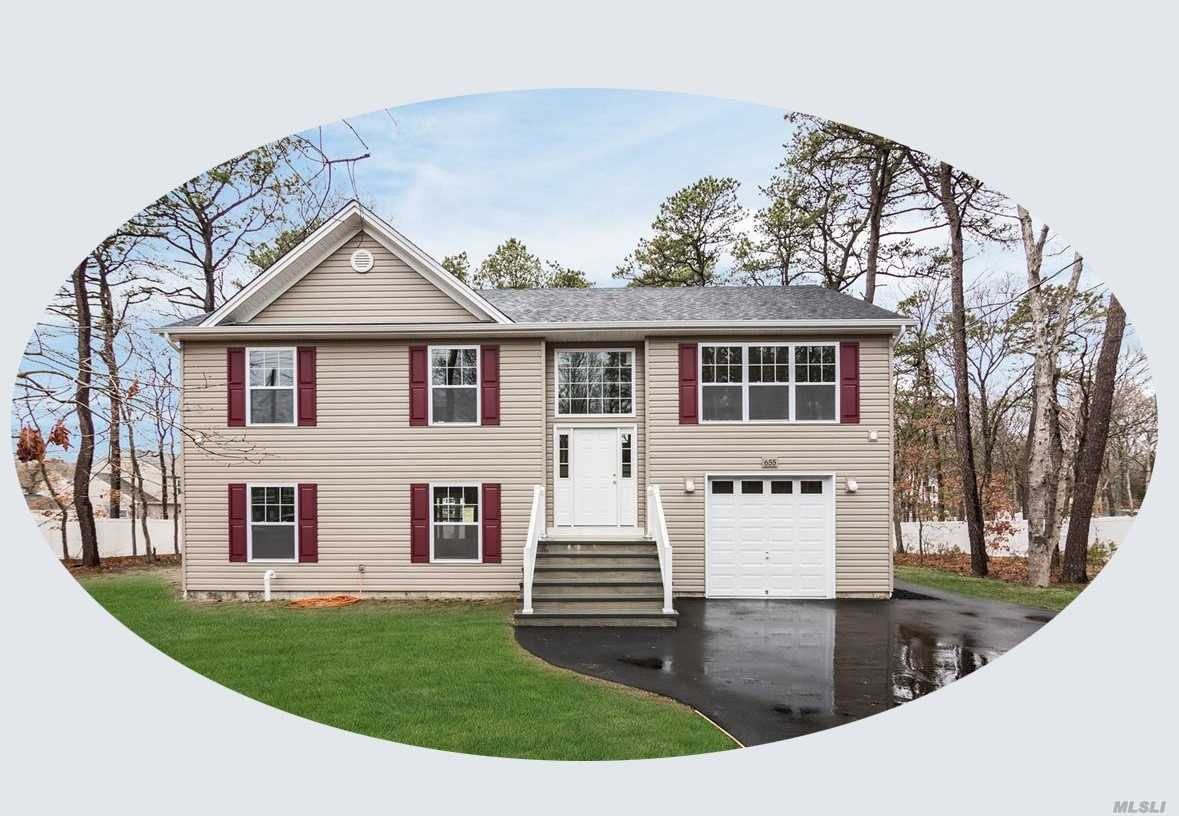 Photo of home for sale at 514 Amsterdam Ave, East Patchogue NY