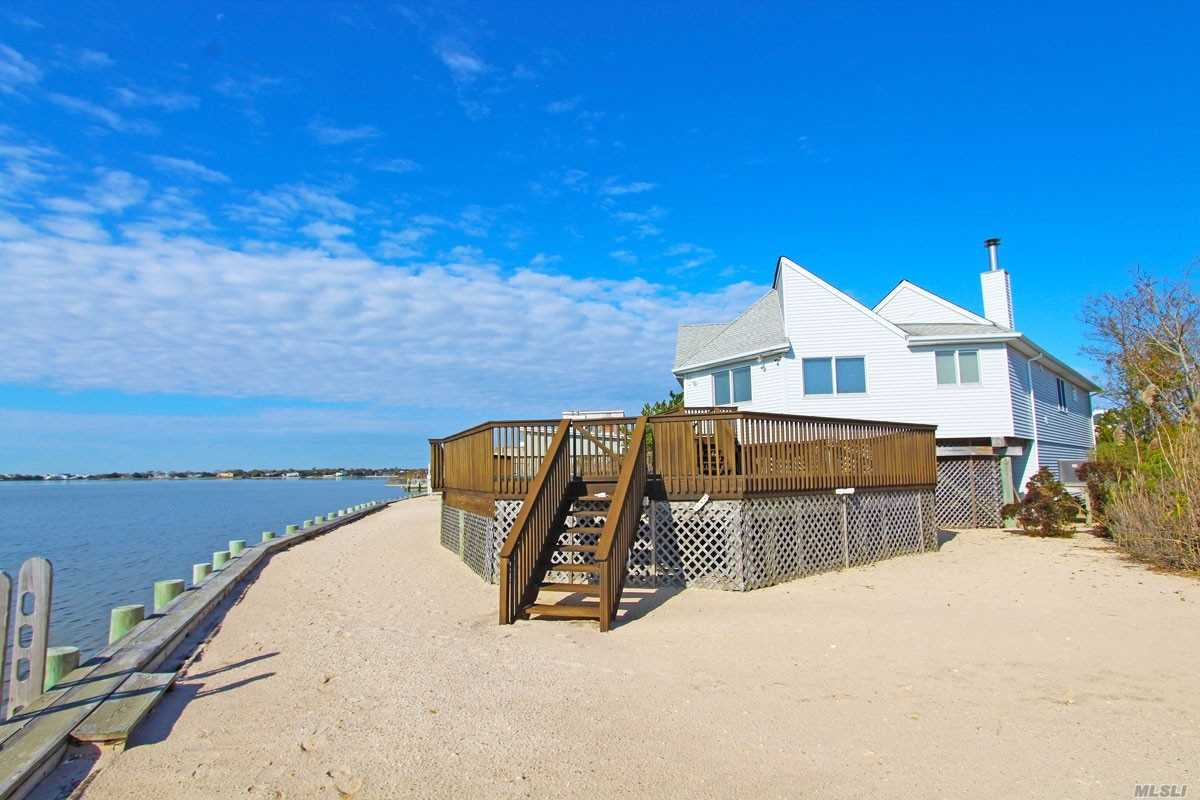 Photo of home for sale at 4 Sandpiper Ct, Westhampton NY