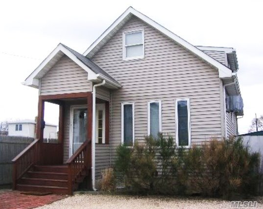 Photo of home for sale at 127 Beach Ave, Bellmore NY