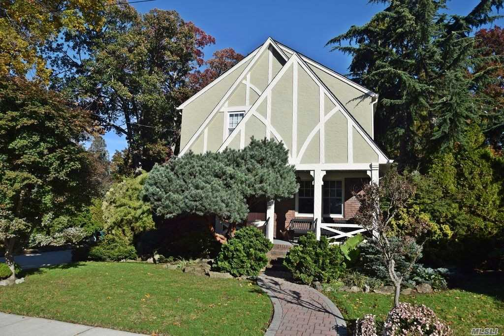 Photo of home for sale at 7 Cedar Rd, Malverne NY
