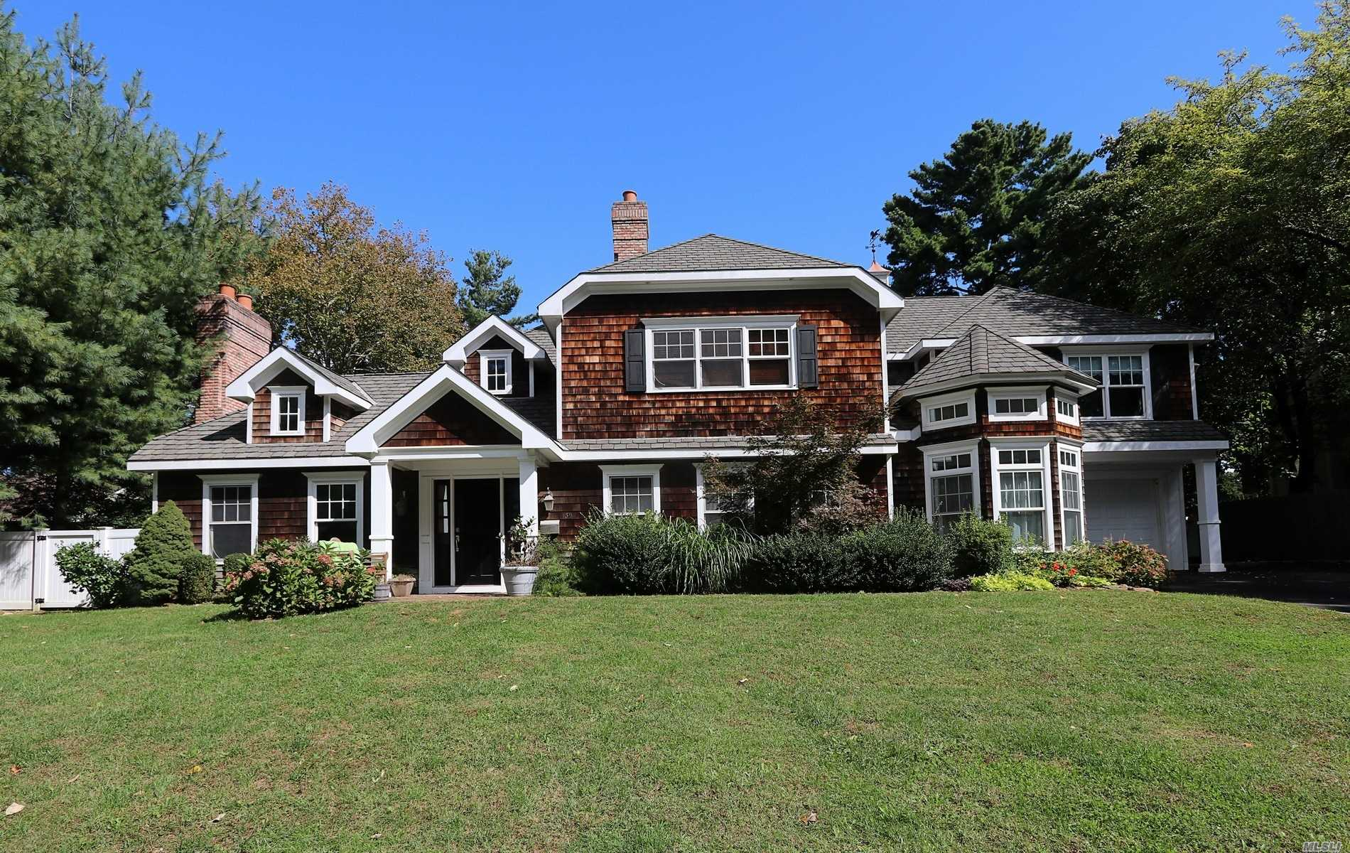 Photo of home for sale at 159 Shepherd Ln, Roslyn Heights NY