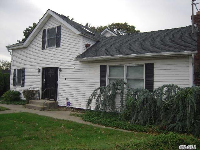 Photo of home for sale at 128 Carleton Ave, East Islip NY