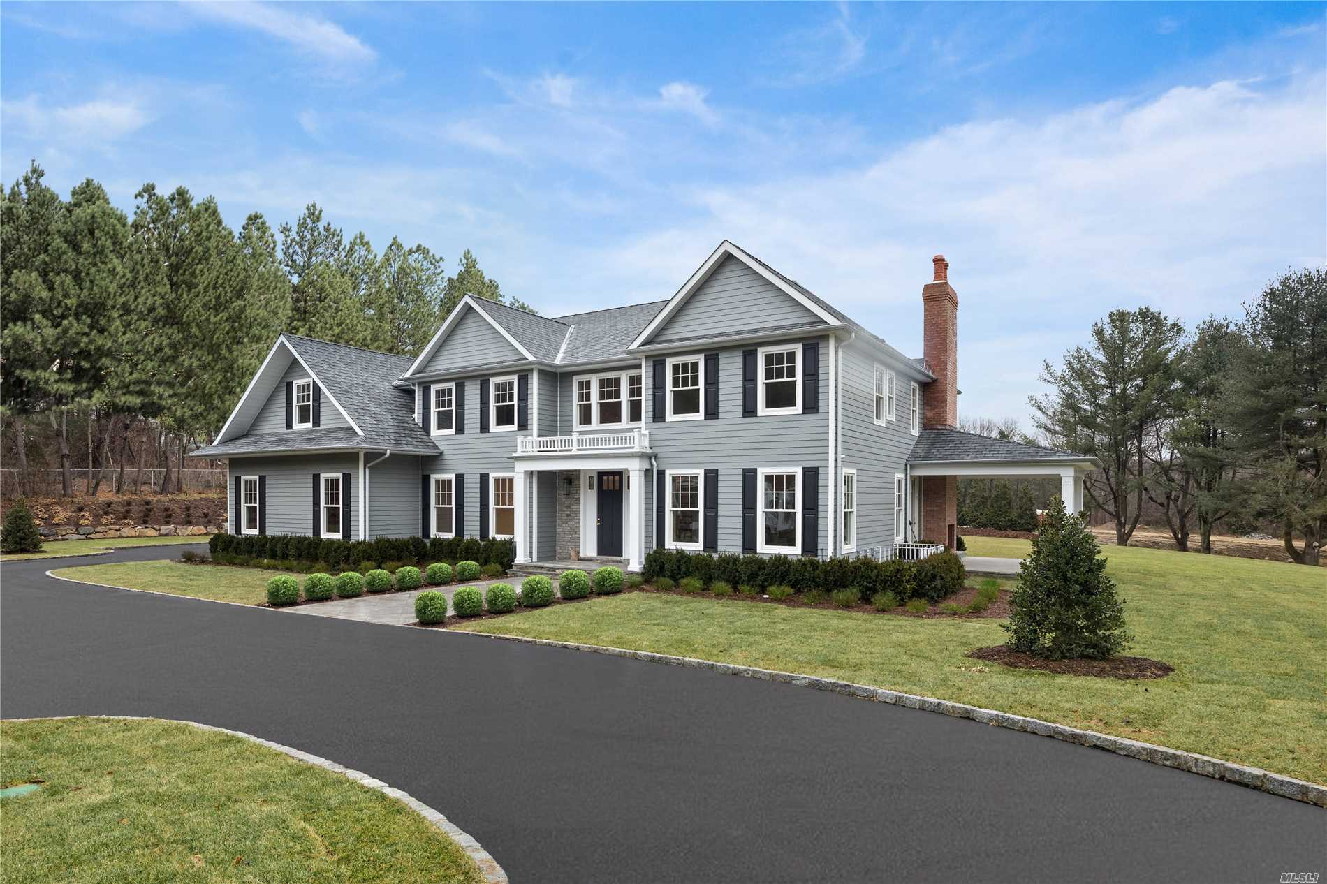 Photo of home for sale at 365 Split Rock Rd, Syosset NY