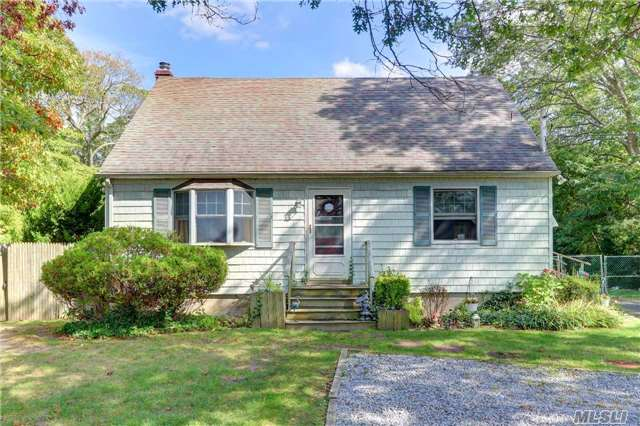 Photo of home for sale at 105 Patchogue Holbro Rd, Lake Ronkonkoma NY