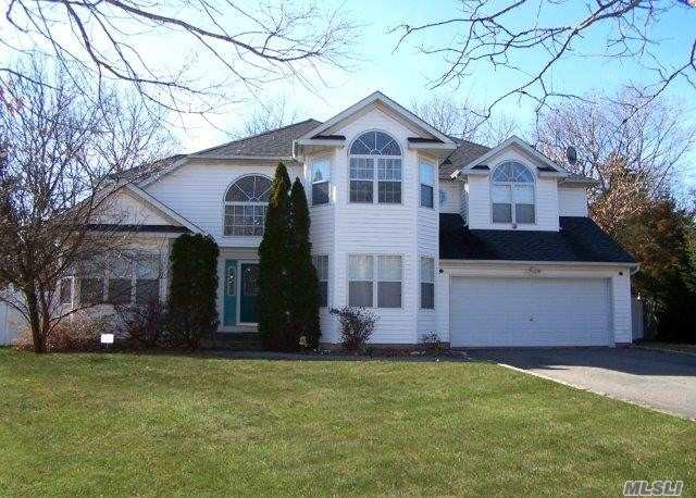 Photo of home for sale at 5 Winners Cir, Nesconset NY