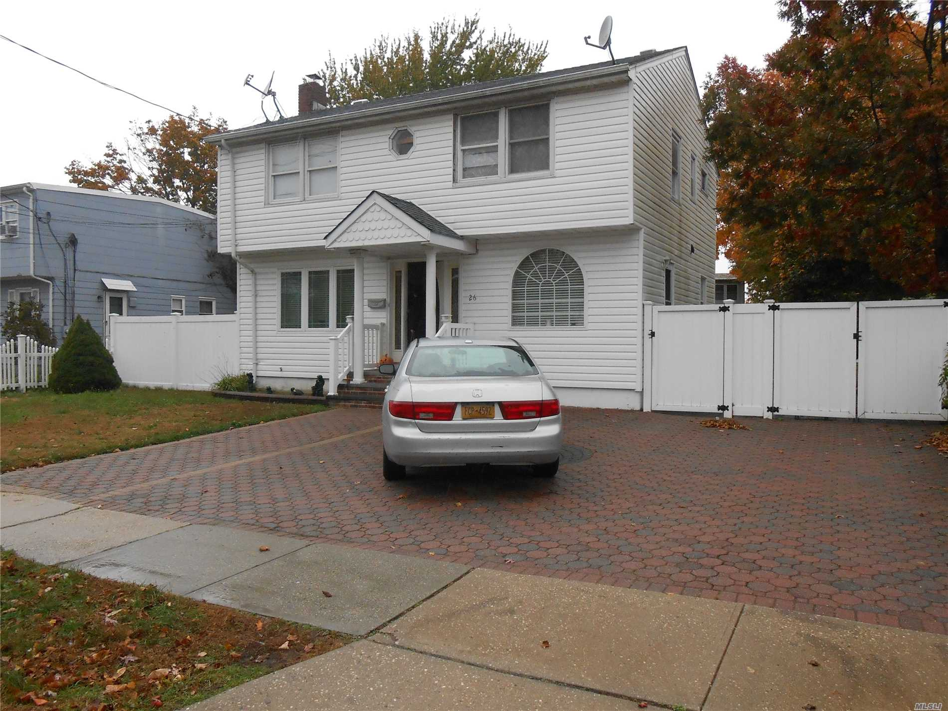 Photo of home for sale at 26 Plymouth Dr, Massapequa NY