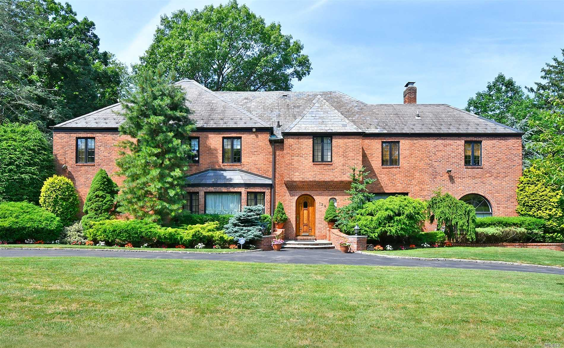 Photo of home for sale at 138 Rockcrest Rd, Manhasset NY