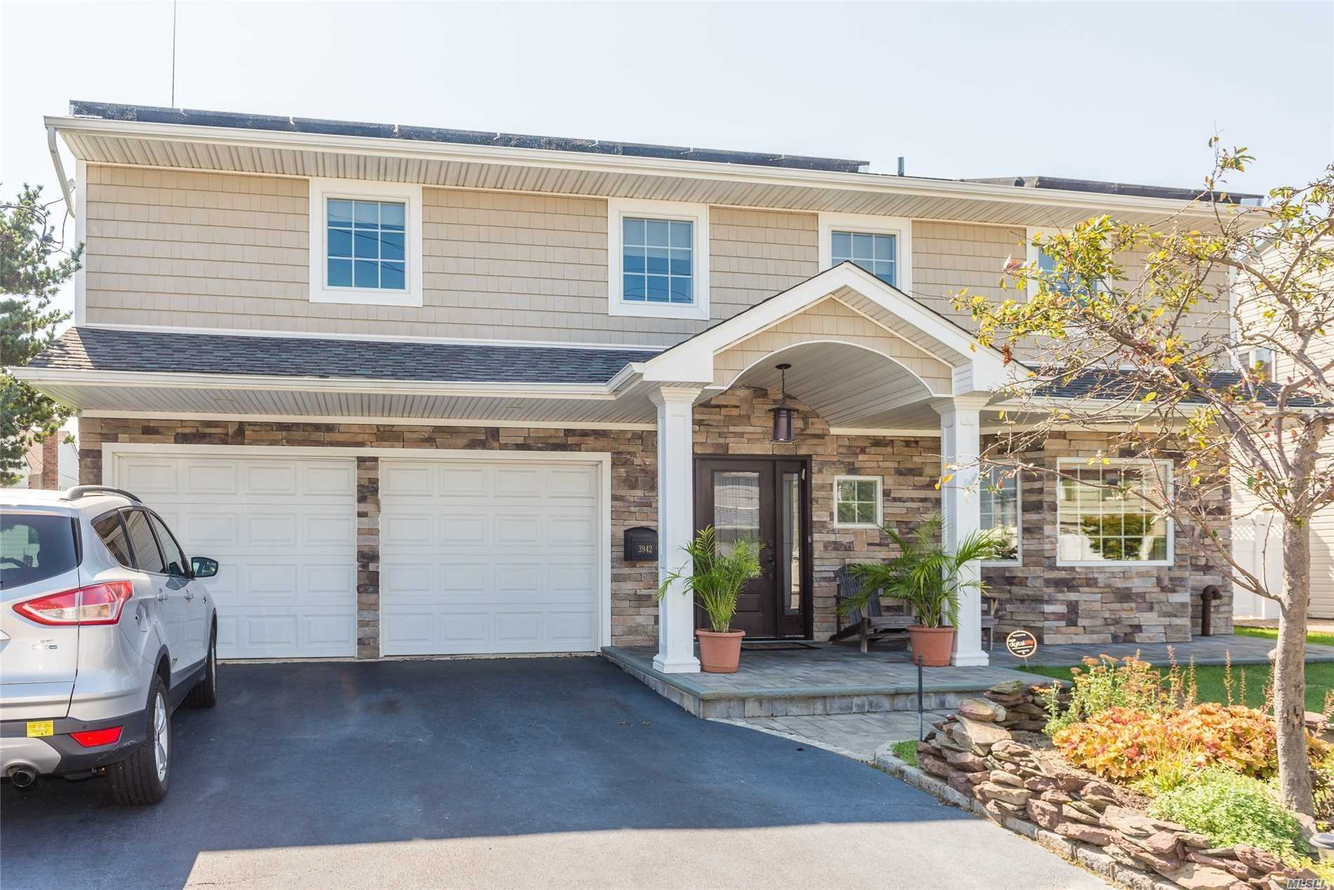 Photo of home for sale at 3942 Sally Ln, Oceanside NY