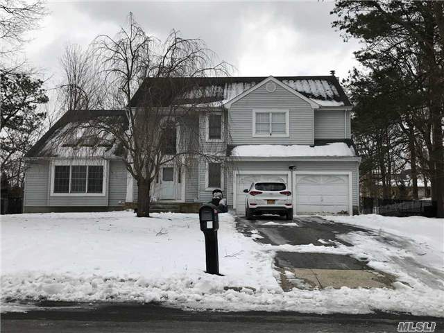 Photo of home for sale at 4 Cara Dr, Ronkonkoma NY