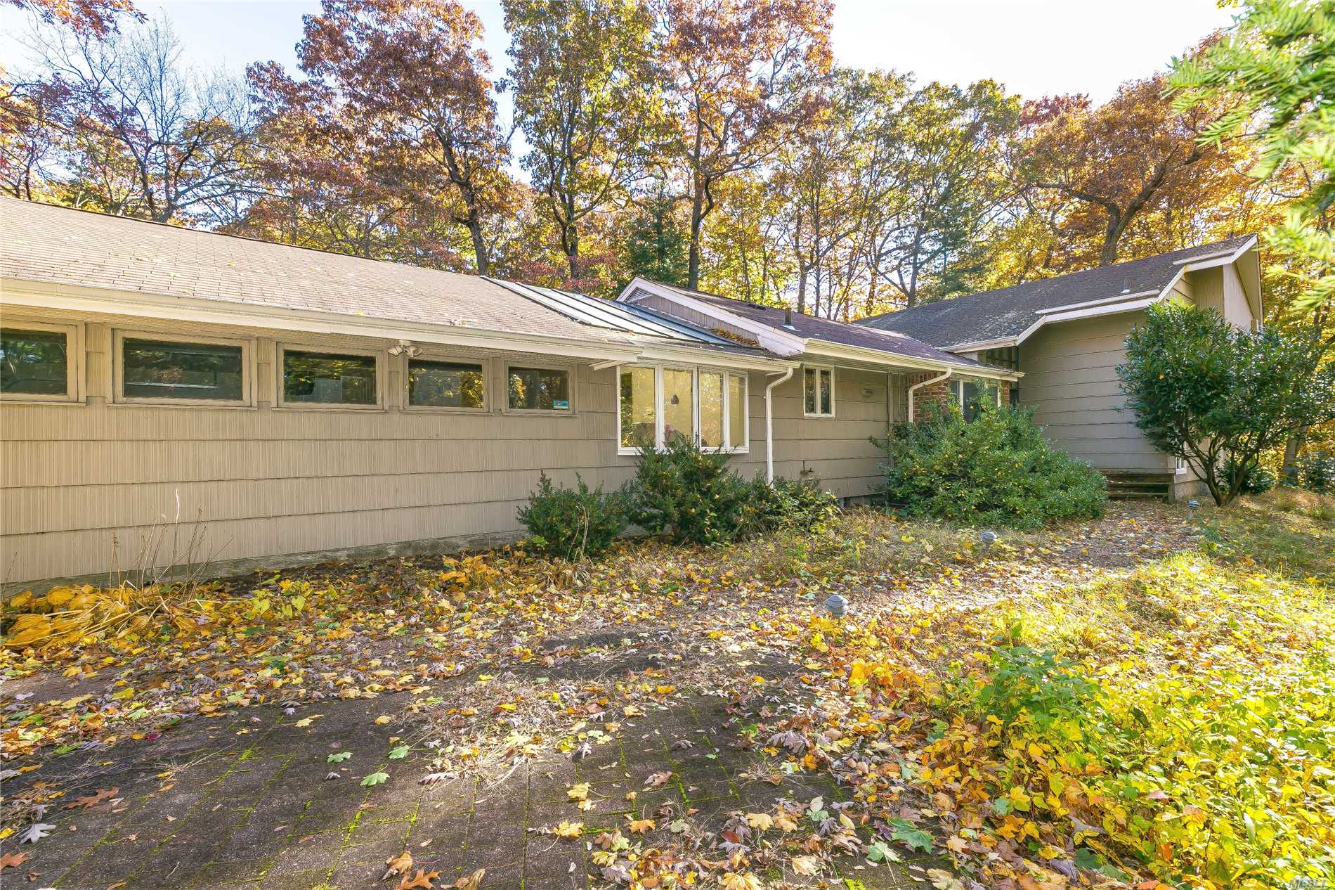 Photo of home for sale at 2036 Ridge Rd, Muttontown NY