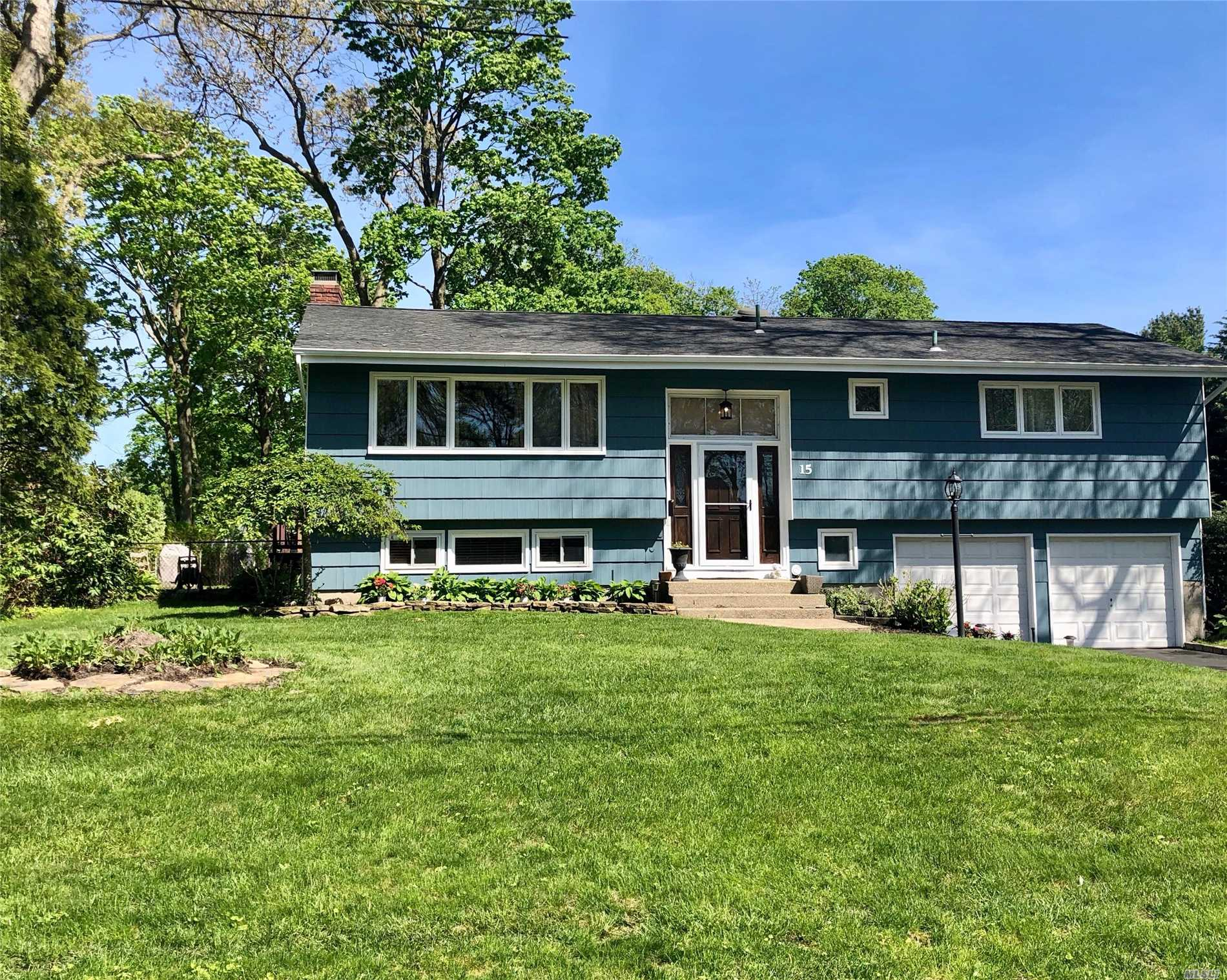 Photo of home for sale at 15 Baywood Ln, Bayport NY